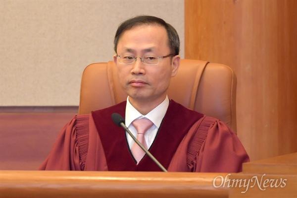 김기영 헌법재판관이 11일 오후 낙태죄 위헌여부 선고를 위해 서울 종로구 헌법재판소 심판정에 입정해 있다.