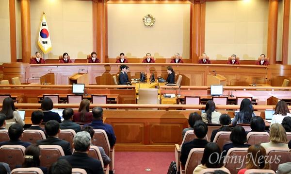 낙태죄 위헌여부 선고를 위해 11일 오후 서울 재동 헌법재판소 대심판정에 유남석 소장과 재판관들이 입장해 있다.