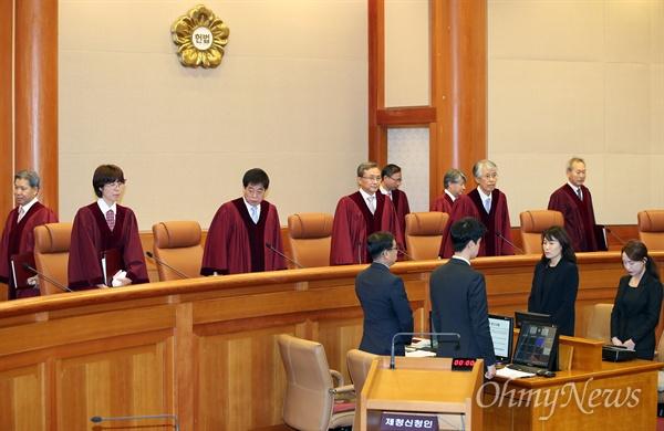 낙태죄 위헌여부 선고를 위해 11일 오후 서울 재동 헌법재판소 대심판정에 유남석 소장과 재판관들이 입장하고 있다.