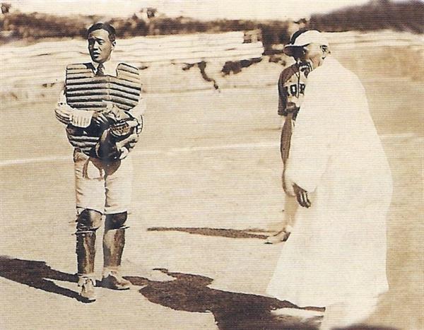 1920년 11월, 제1회 전조선야구대회에서 시구를 하는 월남 이상재 선생