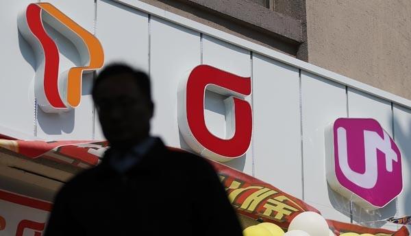 통신3사, 본격적인 5G 경쟁 시대 돌입 국내 이동통신사들이 세계 최초 일반용 5G 서비스를 조기 개통한 가운데 4일 오전 서울 시내의 한 지하철역 인근 휴대폰 대리점 앞으로 시민이 지나고 있다.