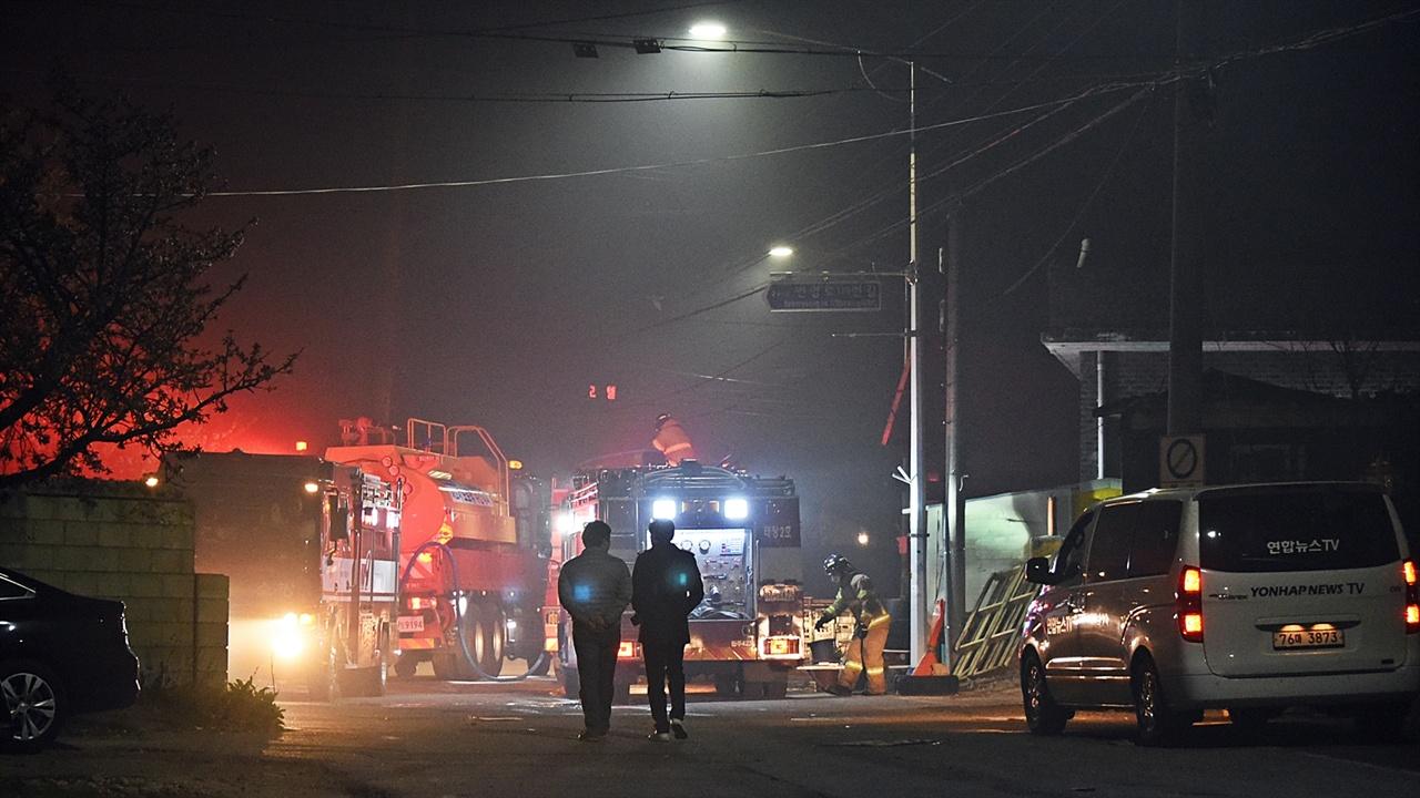화재진압 4일 밤부터 화재진압을 하는 모습을 봤는데 이곳은 5일 낮에도 불이 꺼지지 않아 여러 대의 소방차가 계속 물을 뿌리고 있었다.