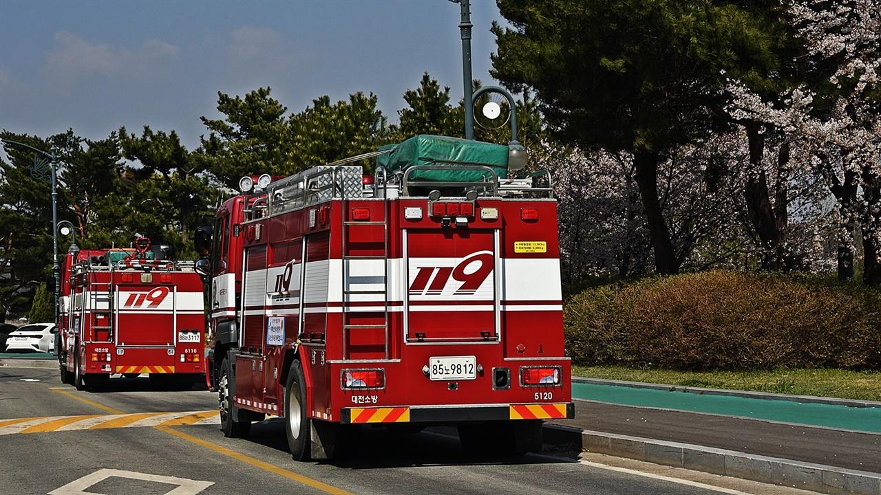 소방차(대전) 전국에서 출동한 소방차가 강원도 산불피해지역으로 달려왔다. 대전에서 출동한 소방차를 속초에서 만났다.