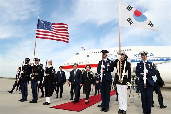 문재인 대통령과 부인 김정숙 여사가 10일(현지시간) 미국 워싱턴 앤드류스 공군기지에 도착한 공군 1호기에서 내리고 있다. 사진 오른쪽에 미 의장대가 태극기를 들고 있다.
