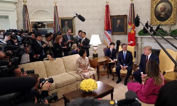 문재인 대통령과 도널드 트럼프 미국 대통령이 11일 오후(현지시간) 워싱턴 백악관 오벌오피스에서 김정숙 여사, 멜라니아 여사와 함께한 친교를 겸한 단독회담에서 얘기를 나누고 있다.