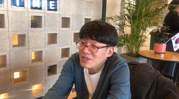 김민찬 피아니스트 겸 작곡가 인터뷰 작곡에 관한 이야기를 하고 있는 김민찬씨.