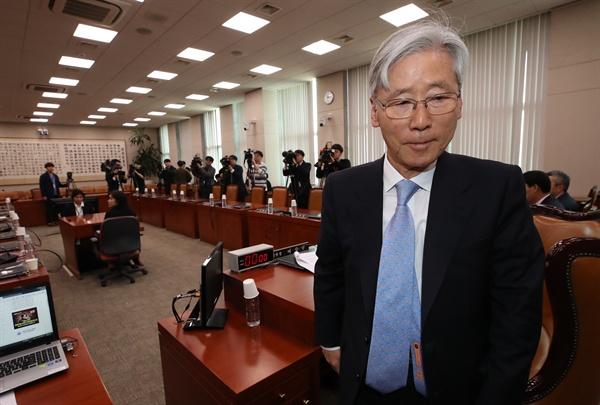 12일 오전 국회 법제사법위원회 회의장에서 여상규 위원장이 더불어민주당의 불참으로 회의를 열지 못하자 자리에서 일어서고 있다