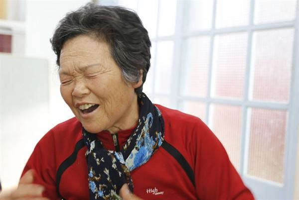 마을회관에서 노래 실력을 뽐내고 있는 임홍남 어르신. 나훈아의 노래 '후회'를 멋드러지게 불러 주민들한테 큰 박수를 받았다.