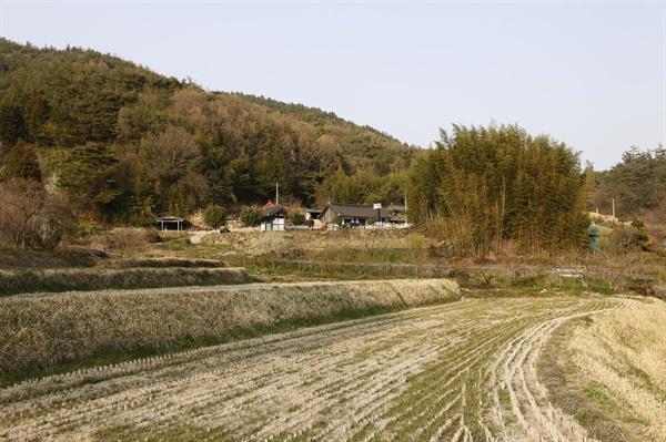 서쪽 쇠실에서 본 백범 김구 은거기념관과 김광언의 집. 김구가 숨어든 마을은 지금의 동쪽 쇠실이다.