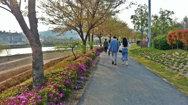 동천을 따라 걷는 길가에는 철쭉꽃이 아름답게 피어나고 있다.
