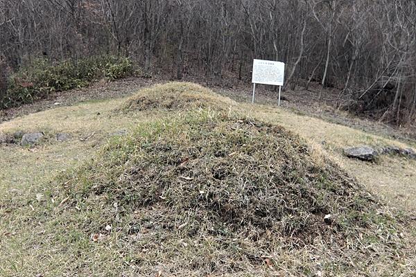 전북 임실군 용수2리 깊숙한 산골에 있는 묘소 2기로 '병인박해' 당시 이곳까지 피난해와 숨어살던 김대건 신부 동생 김난식(위쪽)과 조카 김현채 묘소가 보인다.
