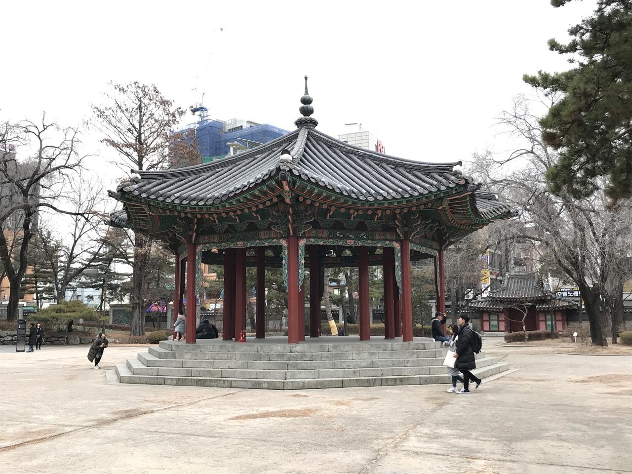 탑골공원 팔각정 평범해보이는 팔각정이지만 조선 시대에는 황제의 상징인 '팔각형'을 사용한 팔각정을 짓지 못했다. 팔각정은 제국을 선포한 대한제국 들어서 지어진다. 1902년 지은 탑골공원 팔각정은 건축가 심의석이 공사를 담당했다.