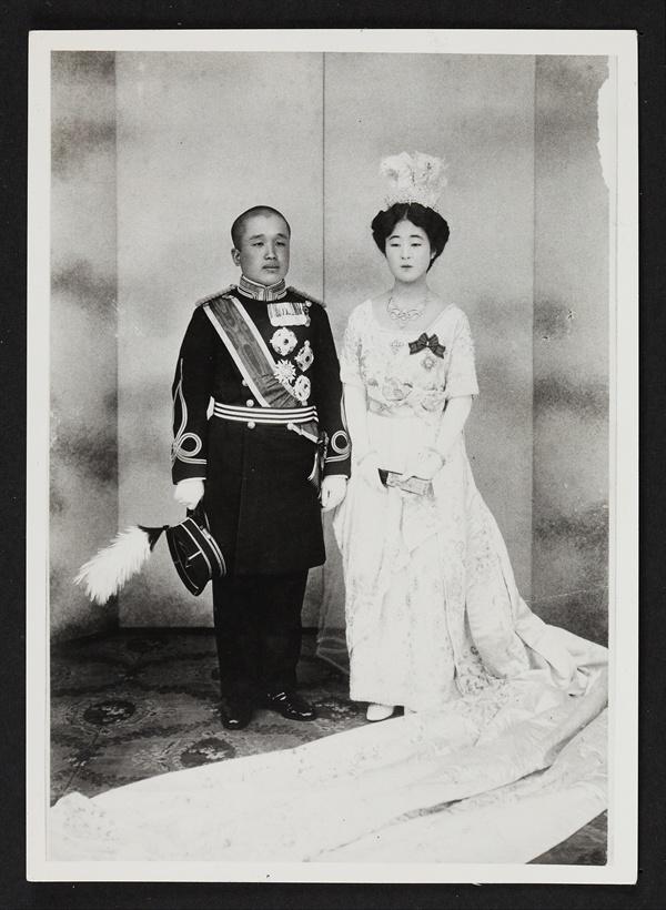 대한제국 황태자 이은과 일본 천황가 마사코 결혼 사진 고종 황제의 아들이자 황태자 이은은 이토 히로부미에 의해 일본 유학을 떠나고 1920년에는 일제에 의해 천황가 마사코와 정략 결혼을 한다.