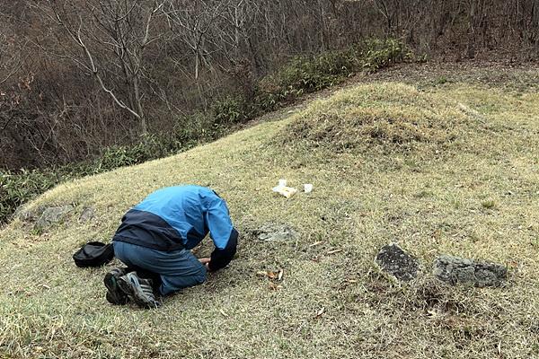 천주교 신자로 전임 면장이었던 조종래씨가 김난식 김현채 두 분의 묘소앞에서 절하고 있다