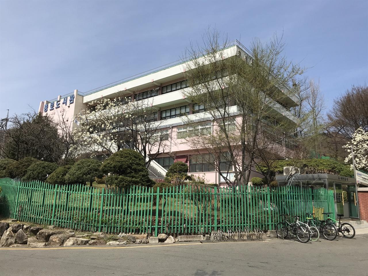 1968년 사직공원에 재개관한 종로도서관 재개관 당시 종로도서관은 6만 권의 장서를 소장했고 하루 600여 명의 시민이 이용했다. 비슷한 시기인 1968년 8월 1일 종로도서관 근처에 사직 파라다이스 수영장이 문을 열었다. 사직 파라다이스 수영장은 1969년 개장한 장충 수영장과 함께 인기 있는 서울의 야외 수영장이었다. 야외 수영장에서 수영복 차림으로 물놀이하는 선남선녀를 훔쳐보고 싶어서였을까. 한때 종로도서관에서 가장 인기 있는 좌석은 야외 수영장을 바라볼 수 있는 '창가' 자리였다.
