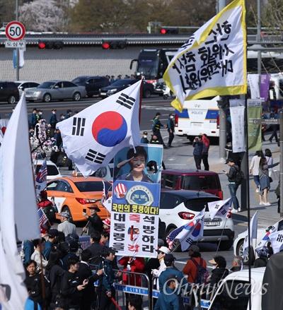 세월호참사 5주기를 앞 두고 3일 오후 서울 광화문광장에서 5주기 대학생대회가 열리는 동안 보수단체 회원들이 태극기와 성조기를 들고 고성을 내며 행진을 하고 있다.