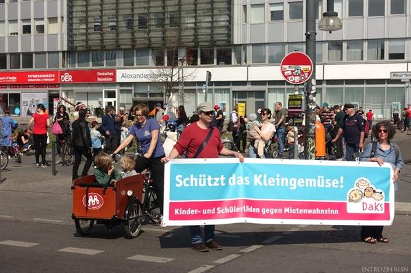 베를린의 약 800여곳의 유아 및 아동용품 판매점을 대표하는 단체(Daks)도 시위에 참여하였다. 지난 3년간 임대료 문제로 인해 유아용품점 70곳가량이 문을 닫을 상황에 처해있다고 한다. 그나마 보호장치가 많은 주택 임대계약에 비해서, 상점 임대계약은 그렇지 못하고, 임대료 상승의 큰 영향을 받고 있다고 한다.