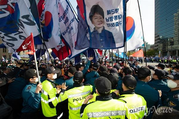 13일 오후 서울 세종로 네거리에서 박근혜 석방 요구 집회에 참가한 대한애국당원들이 행진 도중 경찰과 몸싸움을 벌이고 있다.