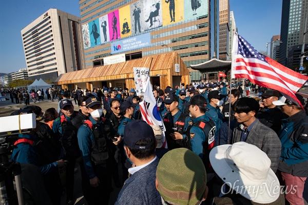13일 오후 서울 광화문 세월호광장에서 박근혜 석방 요구 집회에 참가한 대한애국당원들이 세월호참사 추모 행사 참가자들과 실랑이를 벌이자 경찰이 제지하고 있다.