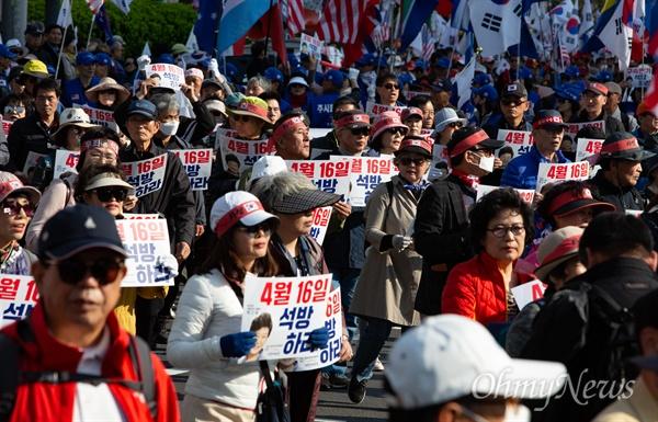 13일 오후 서울 세종로 네거리에서 박근혜 석방 요구 집회에 참가한 대한애국당원들이 행진하고 있다.