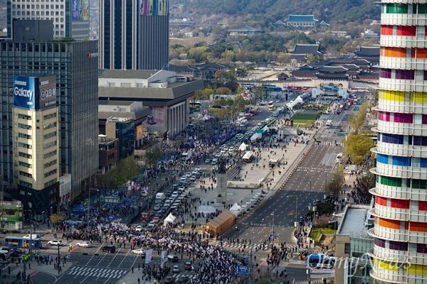 13일 오후 서울 세종로 네거리에서 박근혜 석방 요구 집회에 참가한 대한애국당원들이 세월호광장을 지나 세종문화회관앞으로 행진하고 있다.