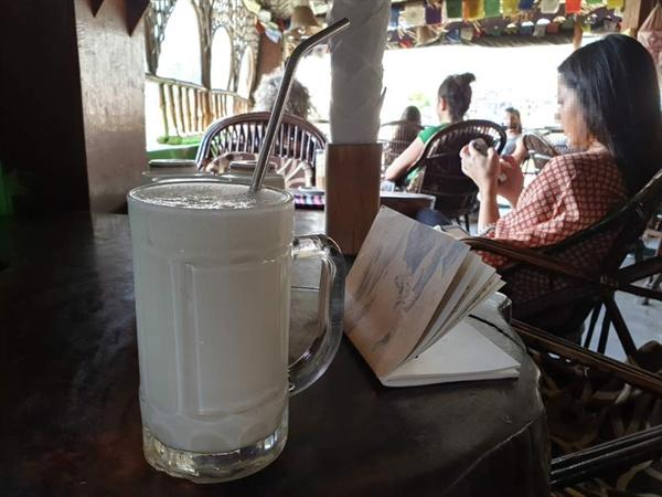 두유로 만든 라씨(인도의 요거트)와 환경을 생각한 다회용 스테인리스 빨대