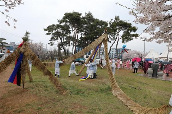 서산문화원에 따르면 서산지역에서는 아직까지 약 17개 마을에서 볏가릿대를 세우는 전통을 이어 오고 있다. 이 같은 전통을 계승하고 있는 각 마을의 '볏가릿대'가 한자리에 모였다.