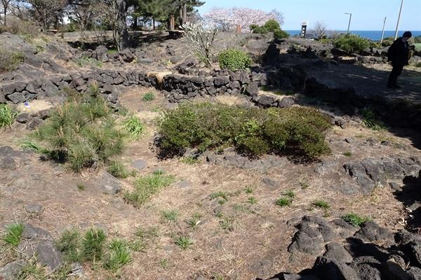 20여기의 돌무더기로 이루어진 너븐숭이 애기무덤.