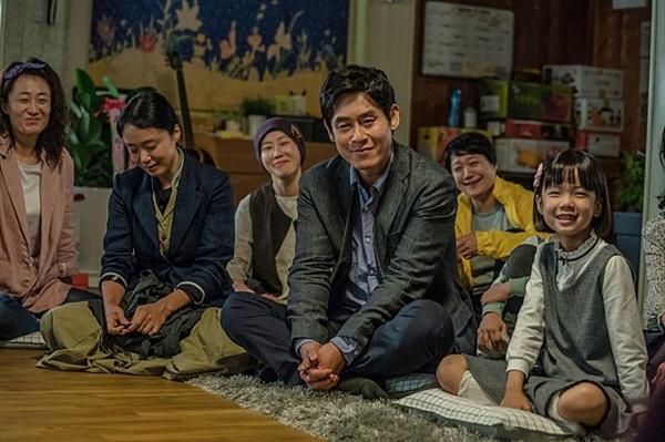 영화<생일>의 한 장면, 순남과 정일은 수호의 생일 잔치에서 수호와 함께 한 시간들의 의미를 발견한다.