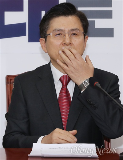 생각에 잠긴 황교안 자유한국당 황교안 대표가 15일 오전 국회에서 최고위원회의를 주재하던 도중 생각에 잠겨 있다.