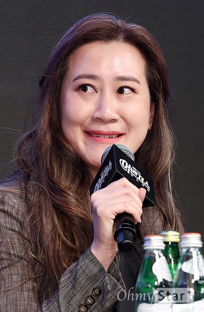 '어벤져스: 엔드게임' 트린 트랜 프로듀서 트린 트랜 프로듀서가 15일 오전 서울 광화문의 한 호텔에서 열린 영화 <어벤져스: 엔드게임> 아시아 프레스 컨퍼런스에서 작품을 소개하고 있다. <어벤져스: 엔드게임>은 인피니티 워 이후 지구의 마지막 희망을 위해 살아남은 어벤져스 조합과 빌런 타노스의 최강 전투를 그린 오락영화로 <어벤져스> 시리즈의 마지막 작품이다. 24일 개봉.