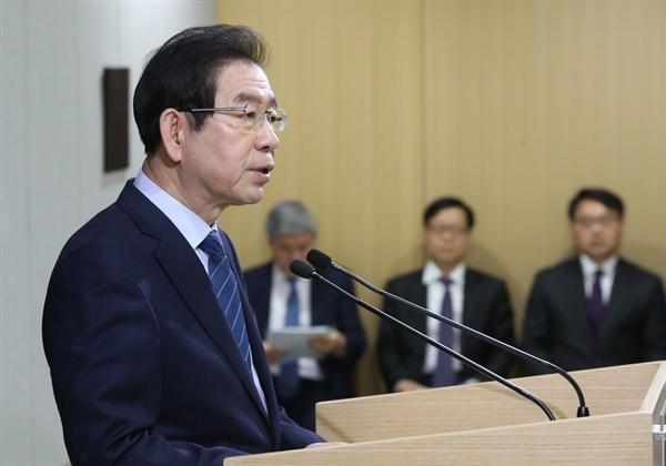 박원순 서울시장이 15일 오전 서울시청 브리핑룸에서 미세먼지 대책을 발표하고 있다.