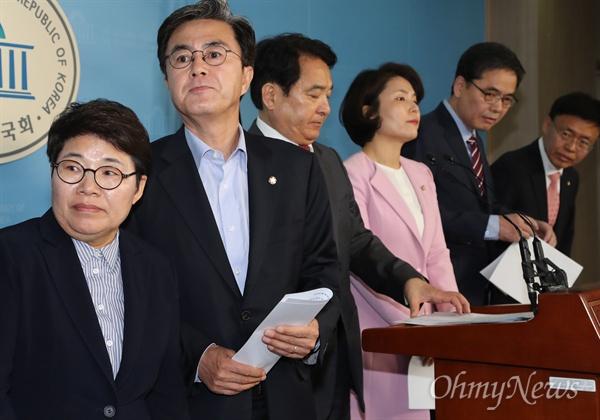 자유한국당 김태흠 의원 등이 15일 오후 국회 정론관에서 김학의 사건 특검 도입 관련 성명서를 발표한 후 나서고 있다.