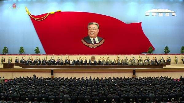 북한이 김일성 주석의 생일(4월 15일) 107주년을 하루 앞두고 14일 평양에서 중앙보고대회를 열었다. 조선중앙TV가 이날 방영한 보고대회 모습.