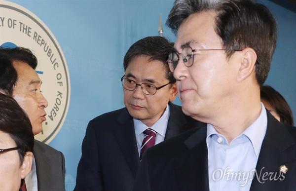 자유한국당 김태흠, 곽상도, 심재철 의원 등이 15일 오후 국회 정론관에서 김학의 사건 특검 도입 관련 성명서를 발표한 후 나서고 있다.