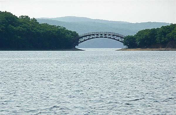 중국 경박호(鏡泊湖)의 모습.
