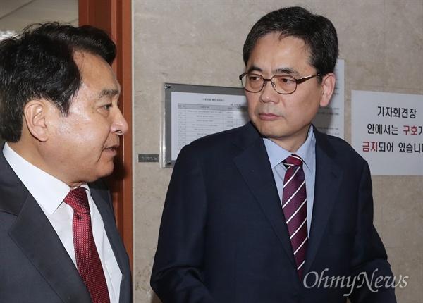 자유한국당 곽상도, 심재철 의원 등이 15일 오후 국회 정론관에서 김학의 사건 특검 도입 관련 성명서를 발표한 후 나서고 있다.