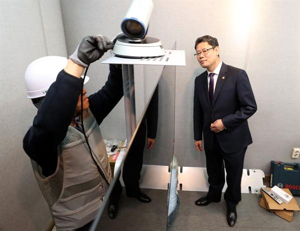 김연철 통일부 장관이 15일 오후 서울 중구 대한적십자사를 방문해 개보수 중인 이산가족 화상상봉장을 점검하고 있다.