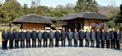 로동신문 '김정은 2기'를 출범한 김정은 국무위원장이 김일성 주석의 107회 생일(태양절)인 15일 금수산태양궁전을 참배했다.