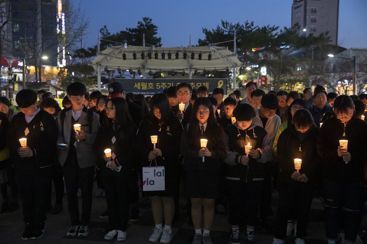 4월 15일 연신내 물빛공원에서 세월호 5주기 청소년 추모제가 열렸다. 참가자들이 촛불을 들고 서 있다.