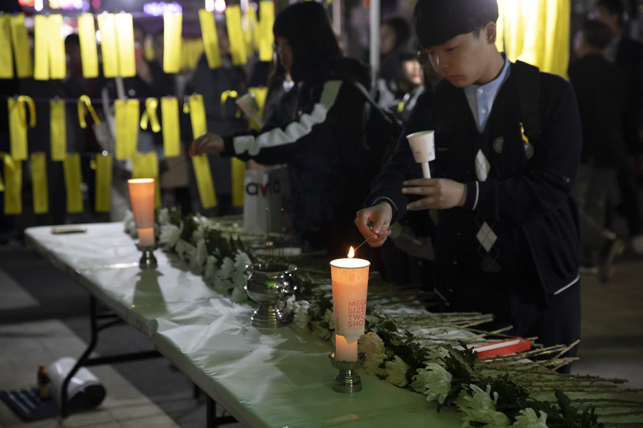 4월 15일 열린 청소년 주최 세월호 참사 5주기 추모제에서 참가자들이 헌화하고 있다.