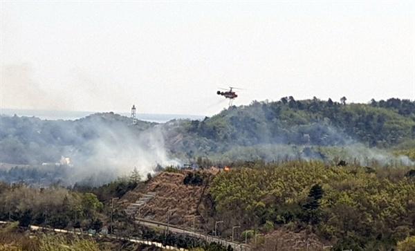 16일 오전 11시44분께 강원 고성군 현내면 민통선 지역에서 산불이 발생, 출동한 산림청 헬기가 진화작업을 하고 있다.