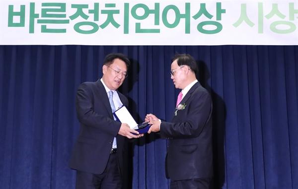 자유한국당 정진석 의원(왼쪽)이 16일 오후 국회 의원회관에서 '제8회 국회를 빛낸 바른정치언어상' 을 수상하고 있다.