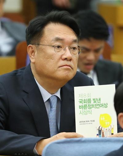 자유한국당 정진석 의원이 16일 오후 국회 의원회관에서 열린 '제8회 국회를 빛낸 바른정치언어상' 시상식에 참석해 있다.