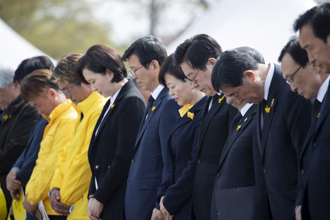 세월호 참사 5주기 기억식 이재명 지사 참석자들과 묵념하는 모습
