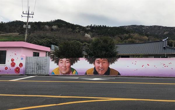 애기동백꽃을 배경으로 한 이 마을벽화는 전남 신안군이 고향인 김지안 작가가 신안군의 제안을 받아 작업했다.