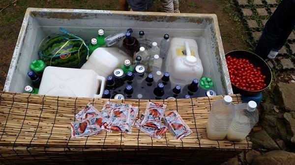 배부른 잔치에 오신 분들이 커다란 물통에 술로 가득 채워놓았다.