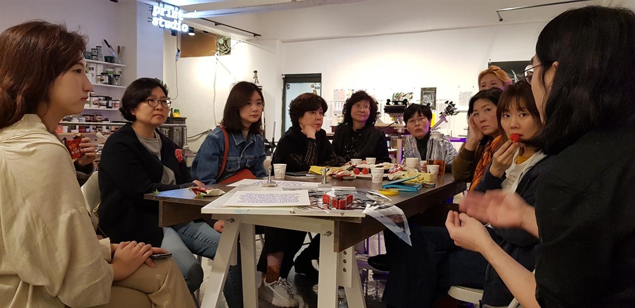 왼편에서 세 번째가 한지현 작가.  4월 5일 성수동 판화공방 미니프린트[대표 최승현(제일 오른쪽), 사만다]에서의 워크숍에서.