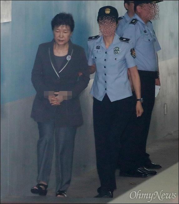 서울 서초구 서울중앙지방법원에서 열린 공판에 출석하기 위해 호송차에서 내려 법정으로 향하고 있는 박근혜