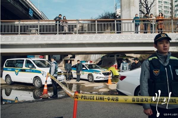 악령 황대두가 저지른 살인사건 때문에 출동한 경찰들.